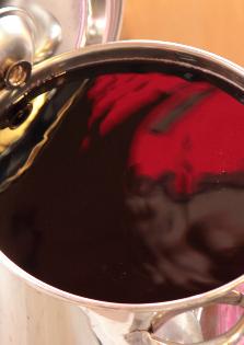 ようやく出来上がった深紅の赤シソジュース。この美しさは見事